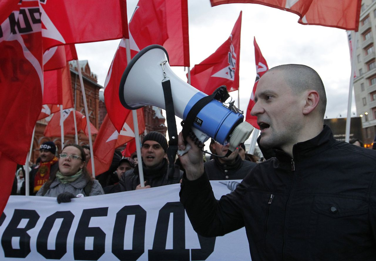 Left front opposition movement leader Sergei Udaltsov (R) leads his supporters as they mark the anniversary of the 1917 Bolshevik revolution in Moscow November 7, 2012. REUTERS/Maxim Shemetov (RUSSIA - Tags: ANNIVERSARY POLITICS)