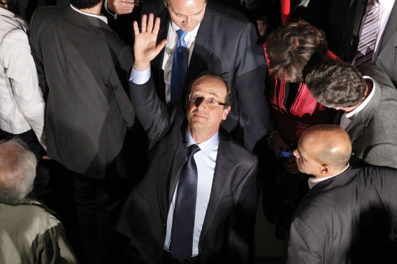 Francois Hollande (C), winner of the Socialist Party (PS) 2011 primary vote for France's 2012 presidential election, waves following his victory after the second round of the 2011 primary vote, at his campaign headquarters on October 16, 2011 in Paris. With almost two million of an estimated 2.8 million votes counted, Hollande had an unassailable 56 to 43 percent lead over Socialist leader Martine Aubry, who conceded defeat and vowed to support his campaign. AFP PHOTO / PATRICK KOVARIK