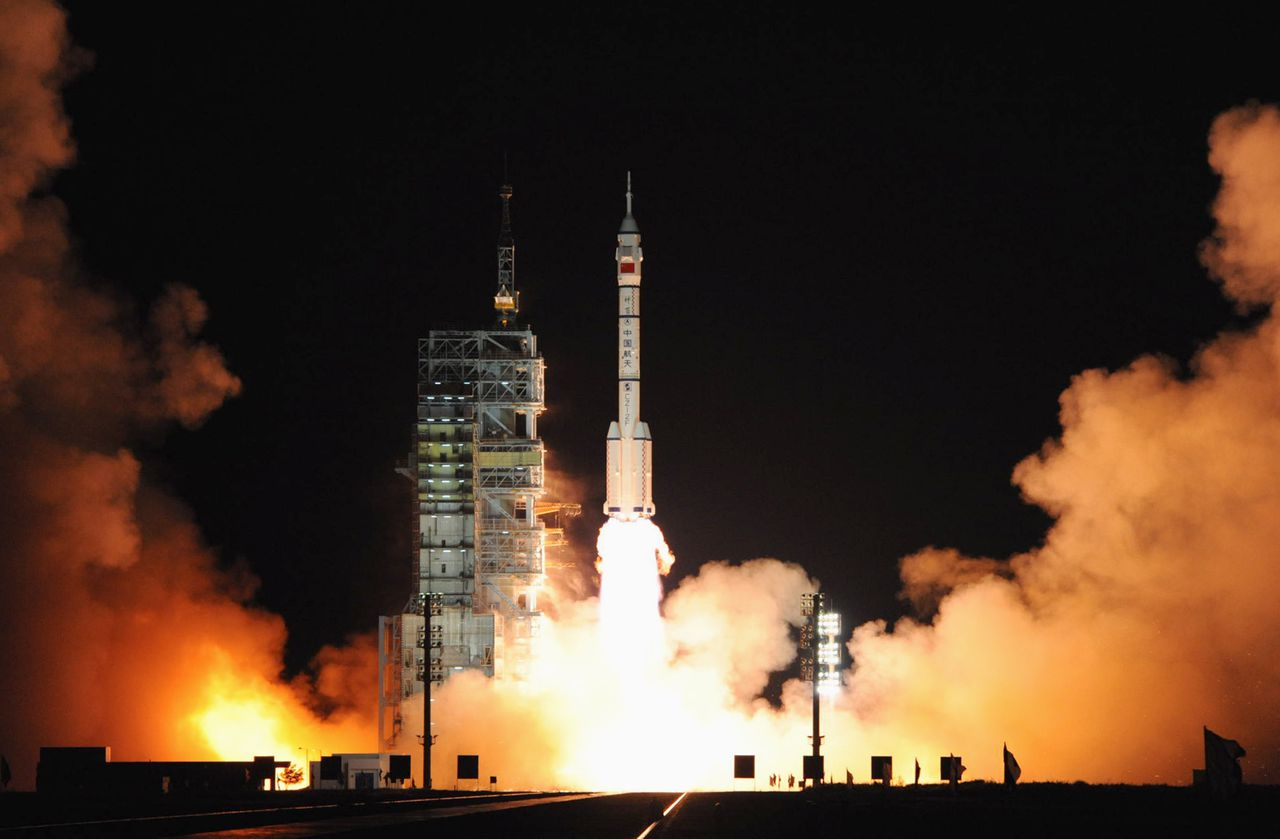 De lancering van de Shenzhou VII-raket gisteren. Reuters The Long-March II-F rocket carrying the Shenzhou VII manned spacecraft blasts off from the Jiuquan Satellite Launch Center, Gansu province September 25, 2008. China's third manned spacecraft blasted off from a remote launchsite on Thursday on a mission which is expected to include its first space walk. REUTERS/Xinhua/Li Gang (CHINA). NO SALES. NO ARCHIVES. FOR EDITORIAL USE ONLY. NOT FOR SALE FOR MARKETING OR ADVERTISING CAMPAIGNS. CHINA OUT. NO COMMERCIAL OR EDITORIAL SALES IN CHINA.
