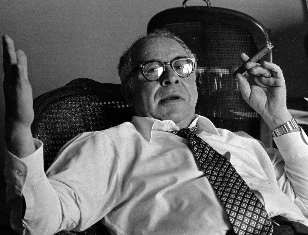 De gisteren overleden columnist Art Buchwald, in 1984 (Foto AP) Columnist Art Buchwald, is seen during interview Oct. 3, 1984, at the St. Louis Marriott Downtown, in St. Louis , Mo. Buchwald, the Pulitzer-Prize winning columnist, made a career out of skewering Washington's elite, then won even wider fame when he chose to let himself die rather than fight for every ounce of life. Now he has had the last laugh. Buchwald died of kidney failure at home Wednesday, Jan. 17, 2007, surrounded by family, nearly a year after he stunned them by rejecting medical treatments aimed at keeping him alive. (AP Photo/St. Louis Post Dispatch) ** NO MAGS NO SALES NO TV SLOUT **