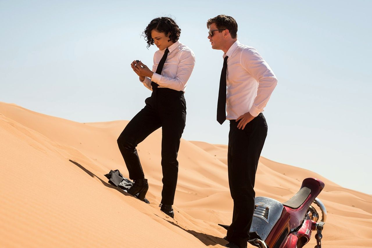 Agenten M. (Tessa Thompson) en H. (Chris Hemsworth) op missie in 'Men in Black: International'.