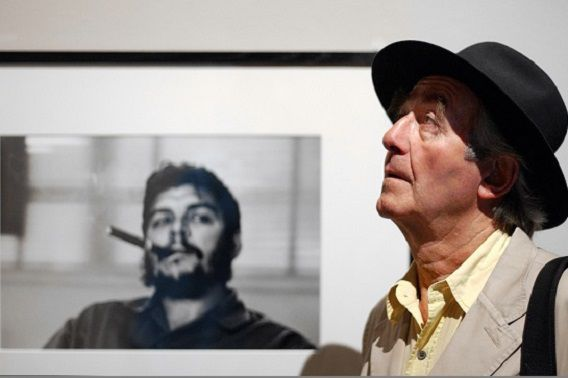 Een foto van René Burri uit 2004 voor de foto van Che Guevara met sigaar in het Musée de l'Élysée in Lausanne. Foto: AP / Sandro Campardo