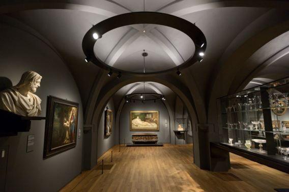 Zaal over de Middeleeuwen in het vernieuwde Rijksmusuem.