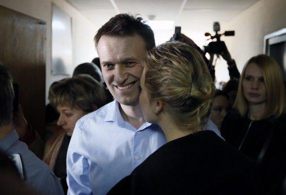 De Russische Alexej Navalny met zijn vrouw Julia in de rechtbank.