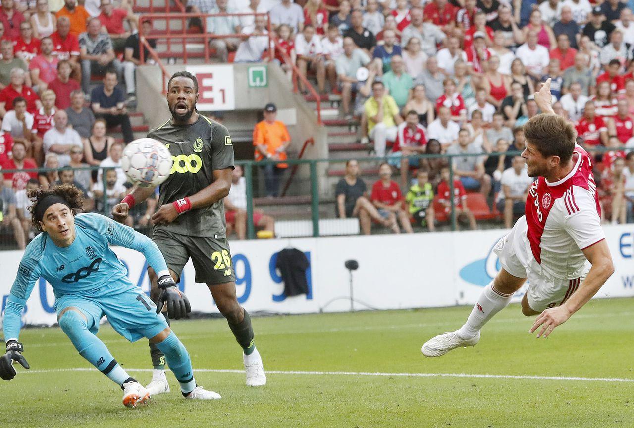 Ajax-spits Klaas Jan Huntelaar scoort de 0-1 tegen Standard Luik. De club uit Amsterdam verspeelde in de slotfase de voorsprong.