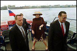 """Weblog Moskou. Correspondent Coen van Zwol schrijft over het bezoek van koningin Beatrix aan Rusland. Op zijn weblog is een foto te zien van de koningin op een rondvaartboot in Sint-Petersburg. """"Het gaat mij niet om de zeebenen, al zijn die aardig. Waarom kijkt hare majesteit zo gelukkig op deze rondvaartboot in Sint Petersburg?"""" vraagt hij zich af. Volgens de correspondent zijn de Oranjes heel graag in Rusland. """"Beatrix bezocht Poetin, Poetin Beatrix. Van goede bronnen weet ik dat zij ook incognito in Sint Petersburg was om een charmante oude man te ontmoeten."""" Volgens Coen van Zwol voelt het koningshuis zich in Rusland op zijn gemak """"omdat Beatrix hier geen Ali B. of marktkooplui hoeft te knuffelen. Ze respecteren haar om wat ze is: de koningin."""" The Dutch Gueen Beatrix on the boat moving at Neva river. June 8, 2001 Photo by Oleg Klimov/Pressphotos"""