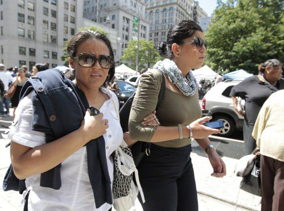 Workers are evacuated from the New York State Supreme Courthouse after an earthquake strikes the East Coast of the United States, in New York August 23, 2011. REUTERS/ (UNITED STATES - Tags: DISASTER SOCIETY)