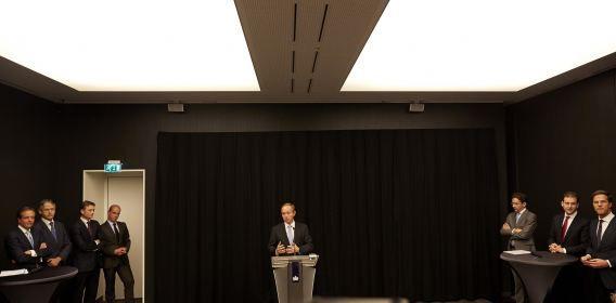 SGP-fractievoorzitter Kees van der Staaij aan het woord tijdens de persconferentie van de coalitie en oppositiefracties over het bereikte akkoord.