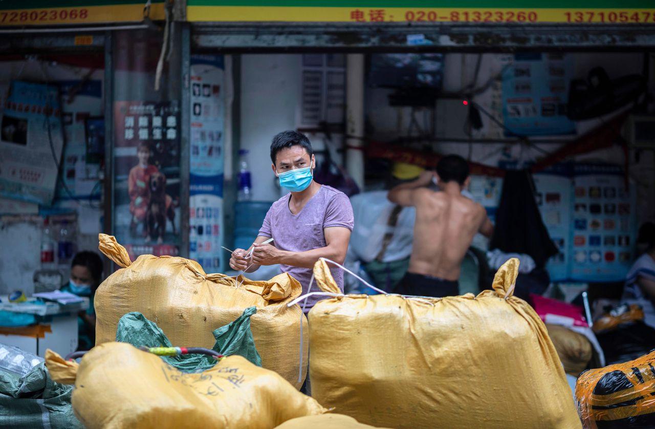 Een handelaar in Guangzhou. China legt grote nadruk op stimulering van de binnenlandse consumptie om de economie er weer bovenop te helpen.
