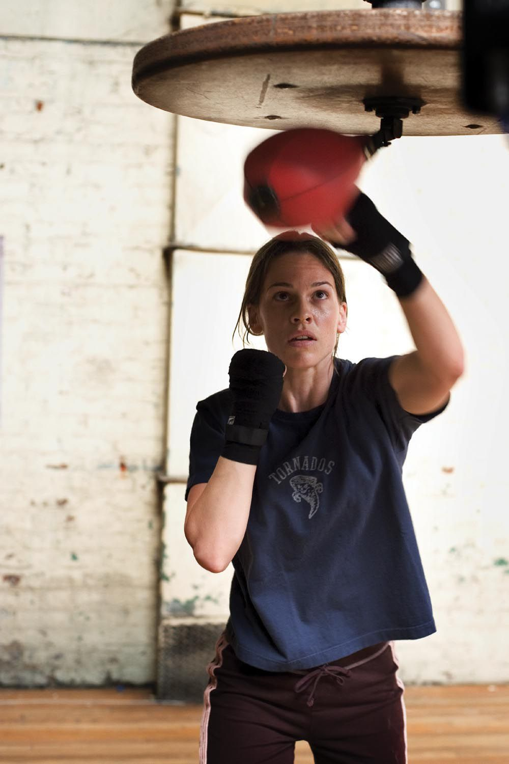 """Net als Hilary Swank in 'Million Dollar Baby' je biceps trainen HILARY SWANK as Maggie in Warner Bros. Pictures' drama """"Million Dollar Baby."""" The Malpaso production also stars Clint Eastwood and Morgan Freeman. PHOTOGRAPHS TO BE USED SOLELY FOR ADVERTISING, PROMOTION, PUBLICITY OR REVIEWS OF THIS SPECIFIC MOTION PICTURE AND TO REMAIN THE PROPERTY OF THE STUDIO. NOT FOR SALE OR REDISTRIBUTION."""