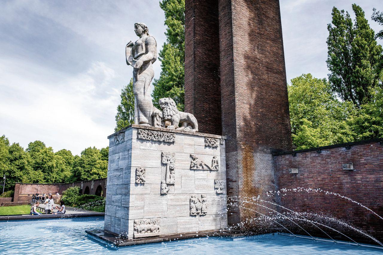 Het Monument Indië-Nederland aan het Olympiaplein in Amsterdam.