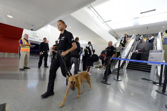 Een agent doet een laatste veiligheidscheck in Terminal 3 gisteren nadat het vliegveld weer werd geopend.