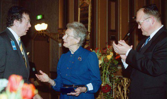 Nina Lagergren (midden) krijgt de World Jewish Congress Human Rights Award namens haar broer Raoul Wallenberg, van Edgar Bronfman (links) in 2000. De Zweedse diplomaat redde tijdens WOII honderden Hongaarse joden van de dood. Rechts de toenmalig Zweedse premier Goran Persson.