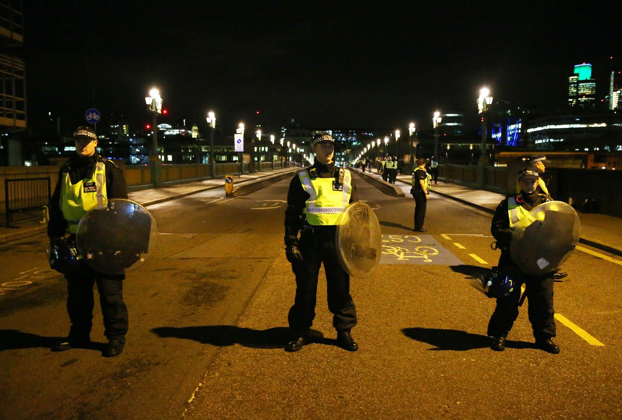 Britse agenten op de Southwark Bridge in Londen nadat er eerder op de avond een aanslag plaatsvond op de London Bridge en bij Borough Market.