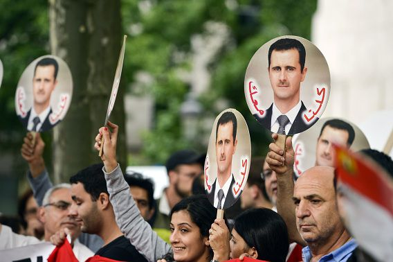 Afbeeldingen van Assad tijdens een demonstratie/