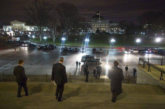 Leden van het Amerikaanse Congres lopen naar buiten na het aannemen van de begroting van de overheidsfinanciën voor komend jaar, 12 december 2014.
