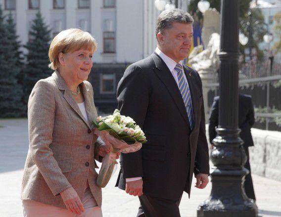 Bonskanselier Merkel wordt ontvangen door president Porosjenko.