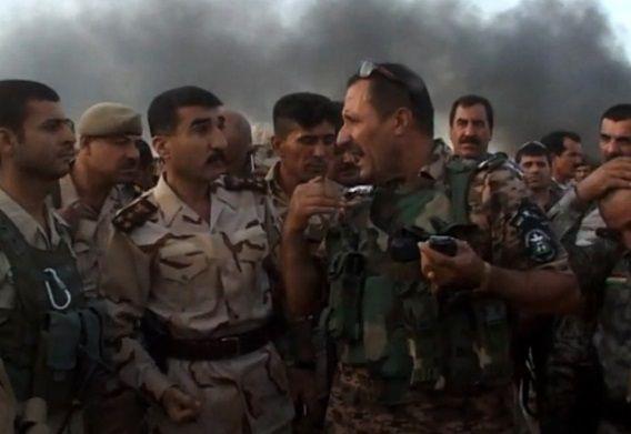 Iraakse troepen overleggen buiten de stad Kirkuk waar gestreden wordt tegen Sunnitische troepen.