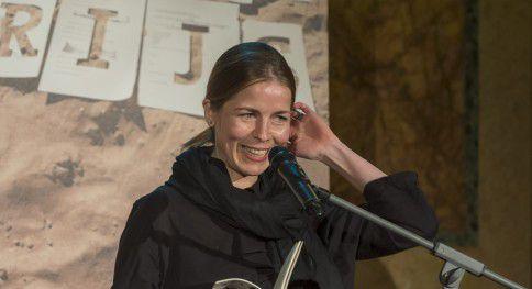 Dichter Maria Barnas eerder dit jaar tijdens de uitreiking van de VSB Poezieprijs.