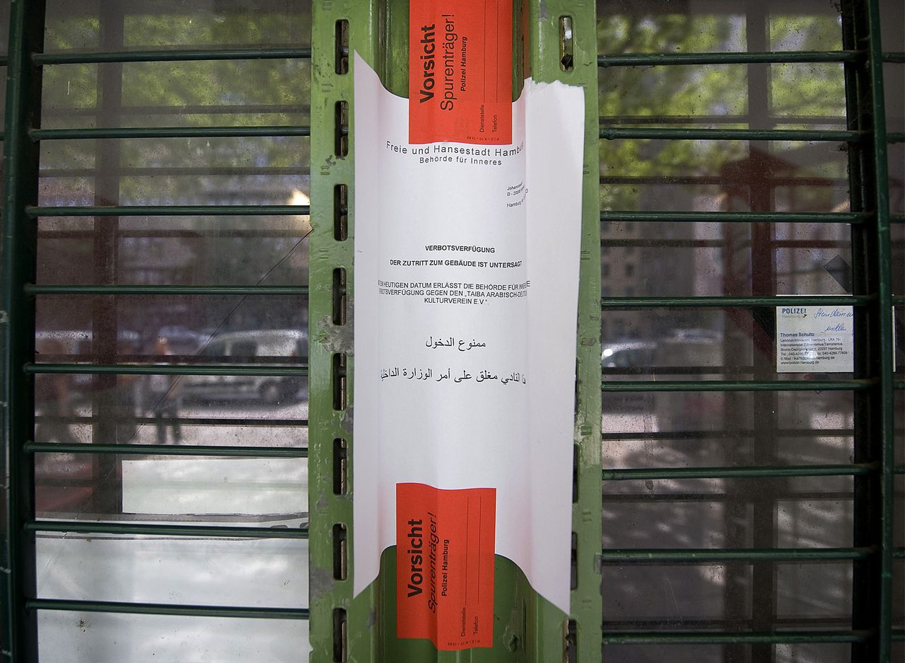 De verzegelde ingang van de Taiba-moskee in Hamburg. Om grondwettelijke redenen duurde het lang voor het gebedshuis gesloten kon worden. Foto Reuters A police warning sign is taped to the entrance of the closed Taiba Mosque in northern German city of Hamburg August 9, 2010. German police shut down a mosque in Hamburg on Monday which was once connected to the September 11, 2001 attacks on the United States, saying it had links with armed Islamist groups in Pakistan and Afghanistan. About 20 police cordoned off the mosque early on Monday and searched the premises, said the interior minister for Hamburg, Christoph Ahlhaus, adding that the cultural association behind the mosque had been declared a banned organisation. Sign reads 'Access to this building is forbidden' REUTERS/Morris Mac Matzen (GERMANY - Tags: RELIGION CRIME LAW IMAGES OF THE DAY)
