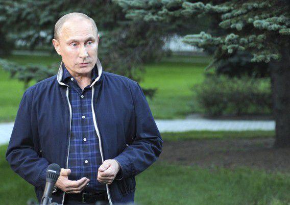 De Russische president Vladimir Poetin praat met de pers over het Syrische conflict in Vladivostok. Volgens de president is het onzin dat het land gifgas zou hebben ingezet.