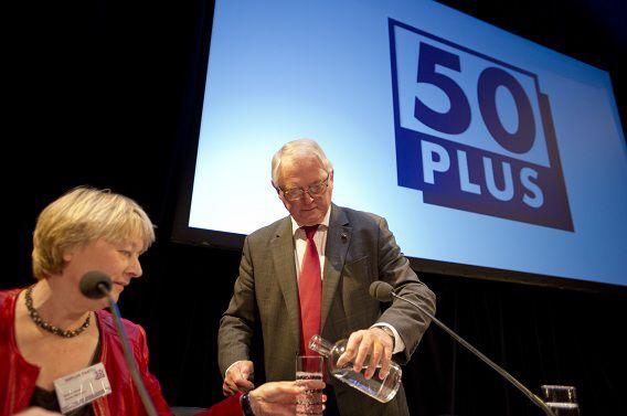 Senator Jan Nagel (rechts) schenkt een glas water in voor penningmeester Mieke Hoek voor aanvang van het partijcongres van 50Plus.