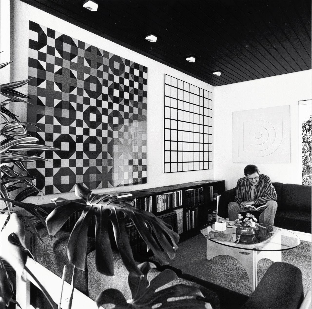 Jan Hoekstra in 1981 met kunst van onder meer Peter Struycken. Rechts 'Structuur II' (1969) van Struycken.