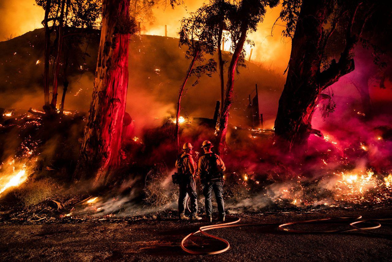 Brandweermannen bij de natuurbrand in Ventura, ten noordwesten van Los Angeles.