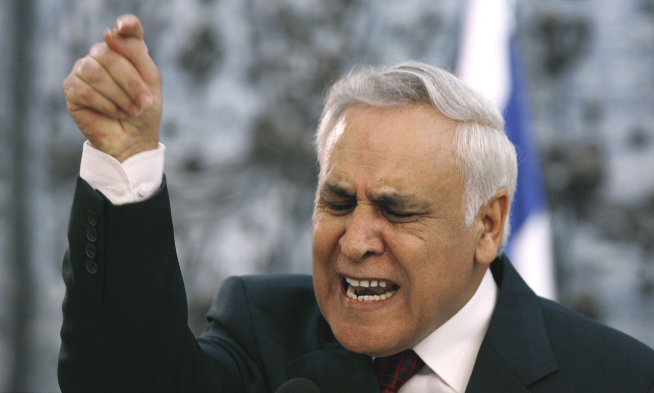 De Israëlische president Katsav verweert zich op een persconferentie in zijn ambtswoning in Jeruzalem tegen de beschuldigingen van seksueel misbruik, waaronder verkrachting, van medewerksters. Foto Reuters Israel's President Moshe Katsav addresses a news conference in Jerusalem January 24, 2007. Katsav announced in an emotional speech on Wednesday that he would take a leave of absence and fight what he called venomous allegations that he raped and sexually assaulted female employees. REUTERS/Ronen Zvulun (JERUSALEM)