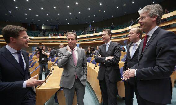 Premier Mark Rutte, D66-leider Alexander Pechtold, VVD-fractieleider Halbe Zijlstra, SGP-leider Kees van der Staaij en Christen Unie fractievoorzitter Arie Slob voorafgaand aan het debat over het sociaal akkoord.
