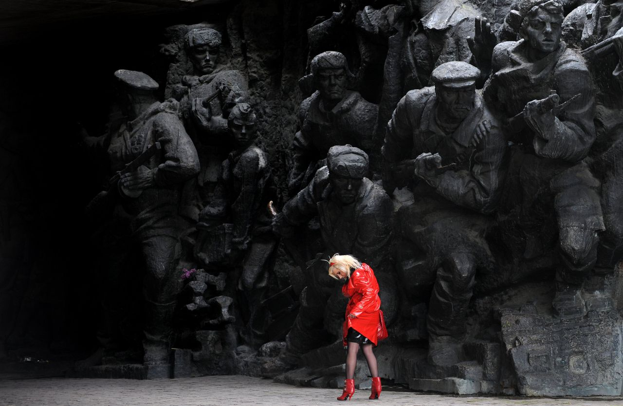 Openluchtmuseum over de Tweede Wereldoorlog in Kiev. Foto Sergei Supinsky/AFP YEAR-2008 A girl straightens her overcoat as she passes one of the monuments in the open-air museum of WWII in Kiev on May, 8, 2008. Tomorrow Ukraine, Russia and other post-Soviet countries will celebrate Victory Day marking World War II's end. AFP PHOTO/ SERGEI SUPINSKY