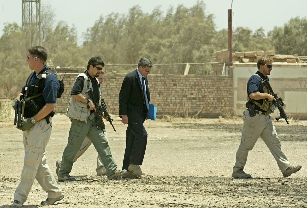 Surrounded by security, Iraq's top US overseer Paul Bremer (C) arrives in the Shiite holy city of Najaf, some 160kms south of Baghdad 09 July 2003. Bremer arrived here to meet the newly US-appointed governor of the city, Abu Haidar Abdul Munim. AFP PHOTO/Marwan NAAMANI/POOL