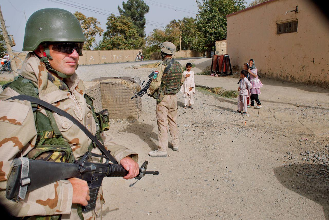 Nederlandse militairen in de stad Kunduz in 2011, op weg naar een politiepost.