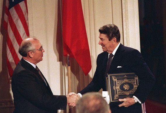 Archieffoto van Reagan en Gorbatsjov die mekaar de hand schudden na het ondertekenen van een nucleair verdrag om het aantal kernwapens terug te dringen in beide landen.