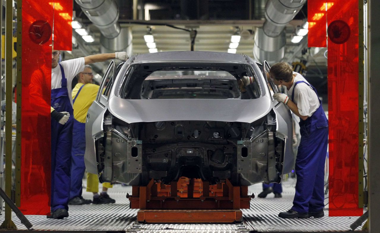 kWorkers assemble Kia cars in its factory in Zilina, 200 kilometres north of Bratislava October 3, 2012. Carmakers that cut costs last decade in Western Europe like Volkswagen, or those who were never saddled with expensive factories there, such as Korea's Hyundai and Kia, are now investing in new designs, conquering new markets and ramping up production. Between them, VW Group, Mercedes, Kia and Hyundai have raised their share of the European market to 35.5 percent in the eight months to end August 2012, from 30 percent in the same period of 2010. Up the road in the foothills of Slovakia's Fatra mountains, the most modern factory owned by Korean carmaker Kia Motors looks set to beat its production goal of 285,000 SUVs, compact and family cars. Picture taken October 3, 2012. To match Insight AUTOS-CENTRALEUROPE/ REUTERS/ (SLOVAKIA - Tags: TRANSPORT BUSINESS EMPLOYMENT)