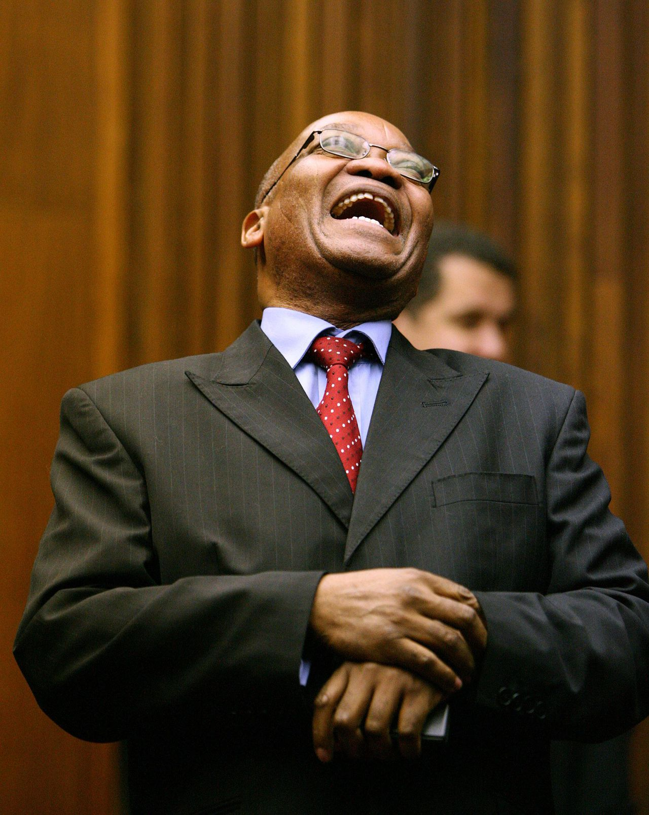 Jacob Zuma. Foto Reuters Former South African deputy-President Jacob Zuma reacts as he stands in the dock during the judgement in his trial for rape in the Johannesburg High Court May 8, 2006. A South African judge on Monday acquitted Zuma of raping an HIV-positive family friend, ending a case that opened deep rifts in the ruling African National Congress. REUTERS/John Hrusa/Pool