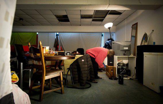 Een bewoner in de Vluchtgarage. De opvang in Amsterdam, waar illegalen nu ruim een jaar verblijven.