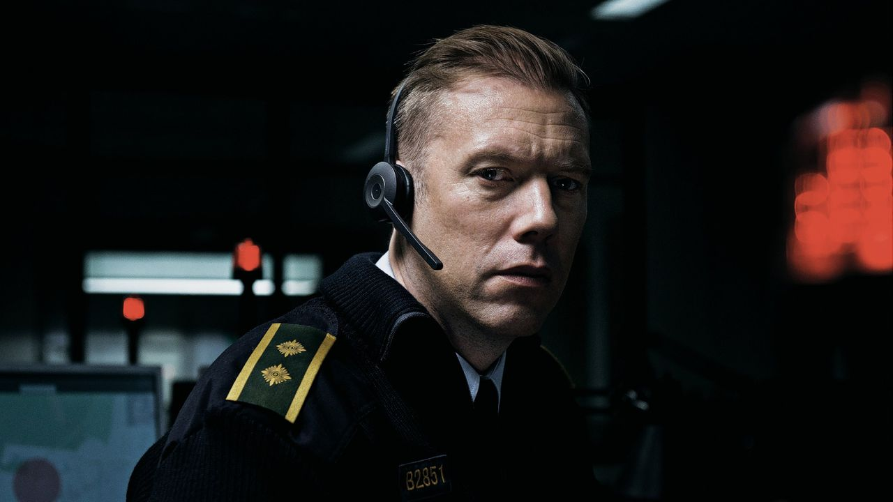 Jakob Cedergren als agent Asger Holm in 'The Guilty'.