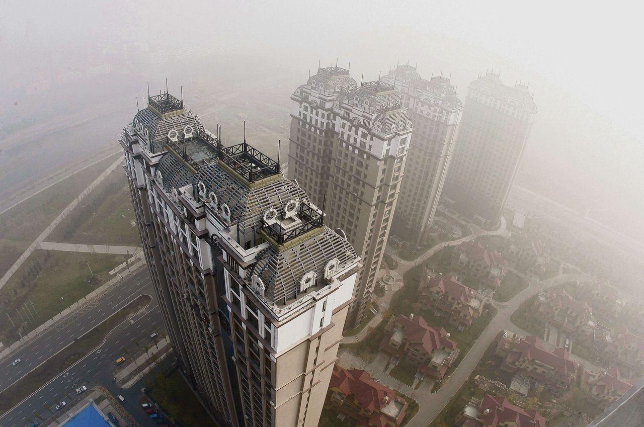 Zware smog in Harbin (Noordoost-China) op 22 oktober. Scholen en luchthaven werden gesloten. Het verkeer werd wegens het slechte zicht aan banden gelegd.