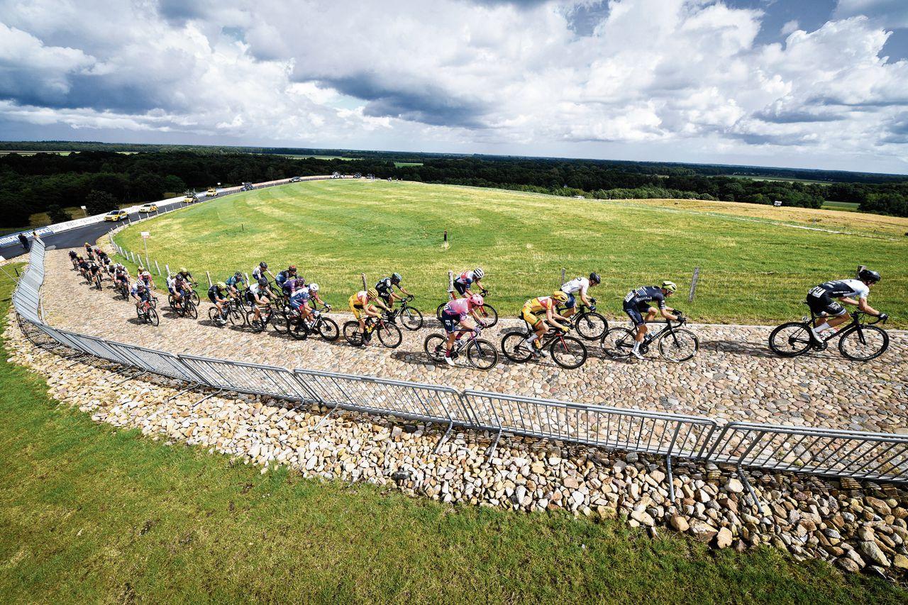 De kopgroep bij de NK wielrennen in Drenthe (foto boven). Mathieu van der Poel (foto onder) won de wedstrijd na een indrukwekkende solo.