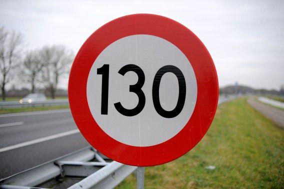 Een verkeersbord geeft de maximum snelheid van 130km per uur aan.