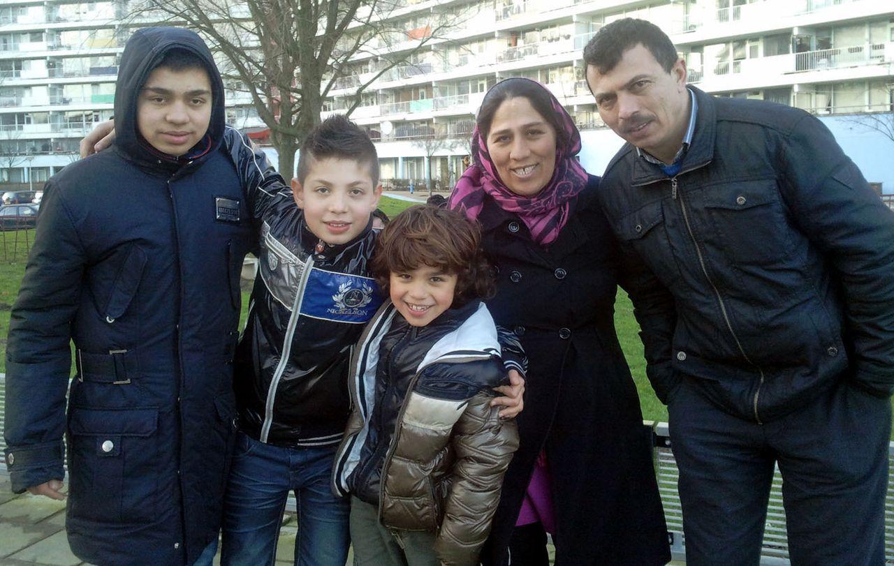 Het Turkse jongetje Yunus (midden) met zijn biologische ouders en broers op een foto gemaakt in januari 2013.