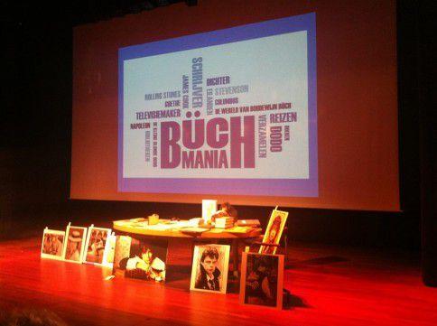 Kavels staan opgesteld op een podium in de Openbare Bibliotheek in Amsterdam tijdens de Benefietveiling voor Büch-biografe Eva Rovers.