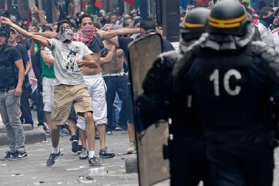 Pro-Palestijnse demonstranten gooiden met stenen naar ME'ers in Parijs; de ME zette traangas in. Foto: Reuters / Philippe Wojazer