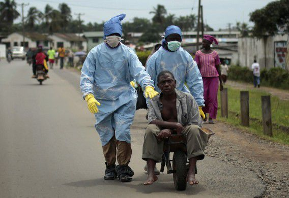 Een inwoner van Monrovia, mogelijk besmet met ebola, wordt naar een kliniek gebracht.