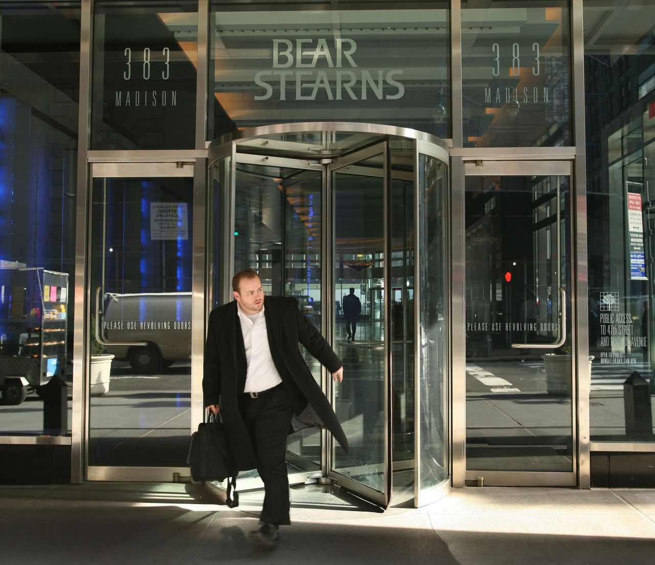 Een medewerker Bear Stearns verlaat het kantoor in New York. De bank kreeg gisteren een noodkrediet van de centrale bank. Foto AP A man walks out of Bear Stearns in New York on Friday, March 14, 2008. The Federal Reserve invoked a rarely used Depression-era procedure Friday to bolster troubled Bear Stearns Cos. and said it will provide even more help to combat a serious credit crisis. JPMorgan Chase is providing an undisclosed amount of secured funding to Bear for 28 days, backstopped by the Federal Reserve Bank of New York. (AP Photo/Mark Lennihan)