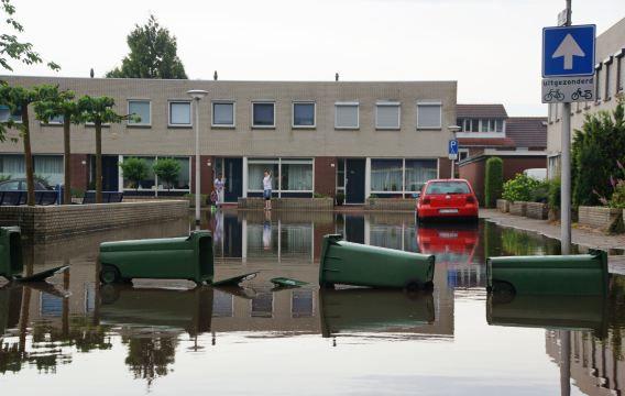 Delen van Enschede staan onder water na hevige regenval. Op veel plaatsen in Overijssel zijn kelders en tunnels ondergelopen, staan straten blank en zijn putdeksels van hun plaats gespoeld.
