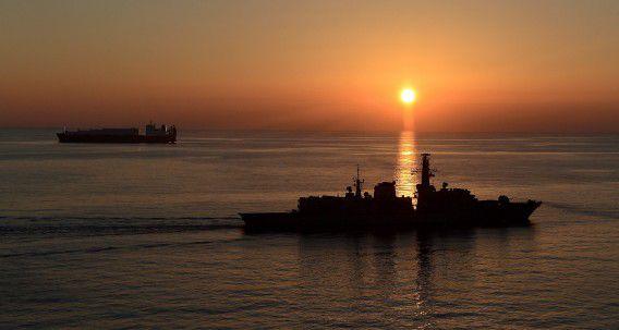Een Brits marineschip begeleidt een Noors transportschip met een chemische lading uit Syrië.