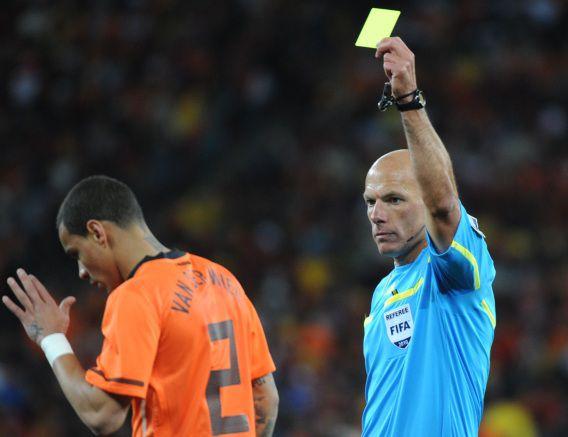 Bij het ontvangen van een gele kaart, zoals Gregory van der Wiel hier van Howard Webb krijgt, hoort in het amateurvoetbal nu ook een tijdstraf.