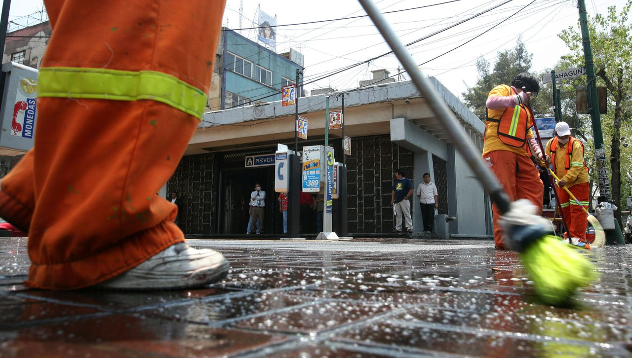A cleaning brigade, sent by the Mexican government, washes an entrance of Mexico City's subway with clorox on May 4, 2009. Mexico's toll from the influenza A(H1N1) virus has increased to 22 dead and 568 infected cases, Health Minister Jose Angel Cordova said late Sunday, while the World Health Organisation says 20 countries have officially reported 1,003 cases of influenza A(H1N1) infections. AFP PHOTO/Carlos JASSO